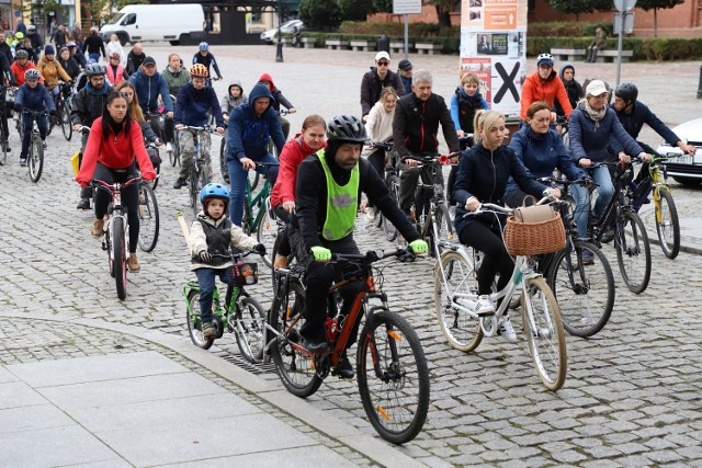 Stowarzyszenie Rowerowy Toruń zorganizowało kolejną Rowerową Masę Krytyczną. Tym razem z okazji Europejskiego Dnia bez Samochodu i Europejskiego Tygodnia Zrównoważonego Transportu uczestnicy imprezy przejechali 14-kilometrowy odcinek. Trasa wiodła z Rynku Nowomiejskiego na Rubinkowo i z powrotem do centrum. Zobaczcie zdjęcia!