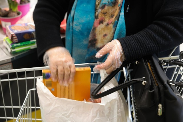 Sklepy muszą zapewnić klientom rękawiczki jednorazowe lub środki do dezynfekcji.