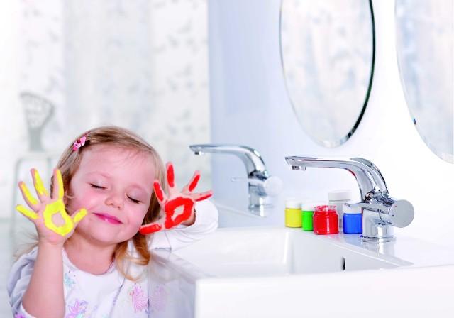 Dziecko w łazienceUłatwienia ułatwieniami, ale nie powinniśmy zapominać o podstawowych zasadach bezpieczeństwa. Dodatkowe zabezpieczenia w łazience nie zastąpią rodzicielskiej opieki.