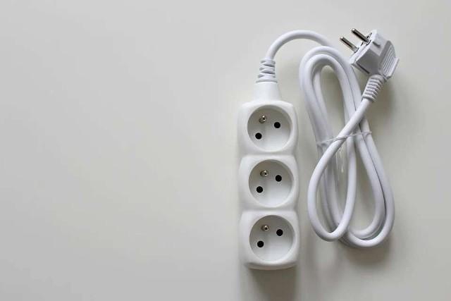 Lista urządzeń, które mamy podłączone do prądu nawet gdy z nich nie korzystamy jest długa, a wystarczy wprowadzić pewne nawyki, które pozwolą nam na spore oszczędności. Sprawdźcie, które urządzenia warto po użyciu całkowicie odłączyć od prądu.Sprawdźcie na kolejnych zdjęciach >>>>