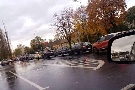Dzień w dzień tworzą się ogromne korki oczekujących na wymaz w mobilnym punkcie poboru na parkingu w rejonie skrzyżowania ulic Broniewskiego i PCK w Bielsku-Białej