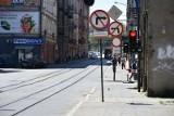 Rozkopane centrum Łodzi. Przez ciągłe zmiany organizacji ruchu kierowcy gubią się na znanych sobie ulicach
