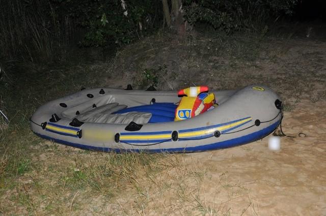 Trwają poszukiwania właściciela pontonu znalezionego przy zbiorniku wodnym Nakło-Chechło w Tarnowskich GórachZobacz kolejne zdjęcia. Przesuwaj zdjęcia w prawo - naciśnij strzałkę lub przycisk NASTĘPNE
