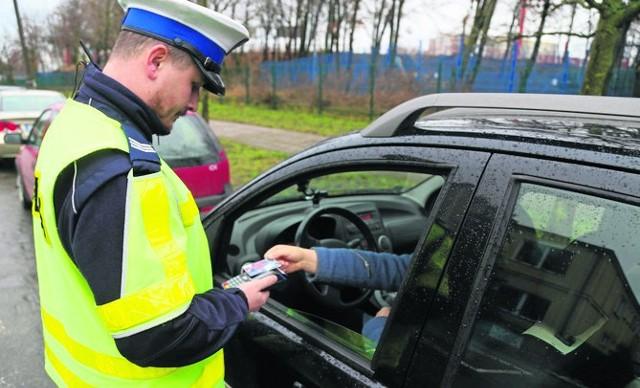 Kierowcy już decydują się na zapłatę za mandat kartą.