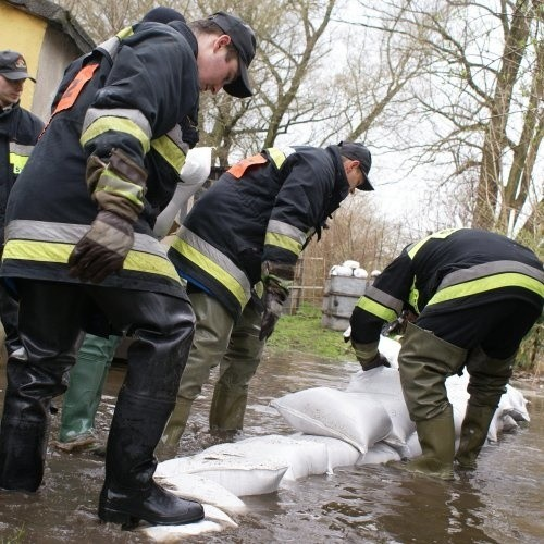 Strażacy z OSP Trzebiatów zabezpieczali wczoraj jedną z posesji przy ul. Parkowej. - Jeśli woda nadal będzie się podnosić, nasza praca pójdzie na marne i woda wedrze się do domu - mówili strażacy.
