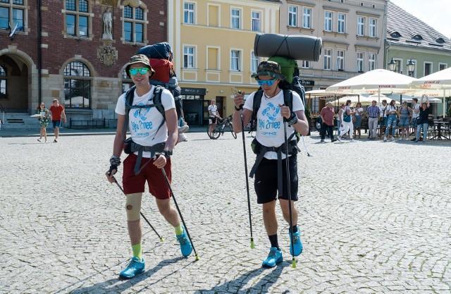 Radosław Gazda i Marcin Nowok przeszli pieszo z Tarnowskich Gór do Giżycka dla małej trzyletniej Laury, która jest ciężko chora. Zobacz kolejne zdjęcia. Przesuwaj zdjęcia w prawo - naciśnij strzałkę lub przycisk NASTĘPNE >>>