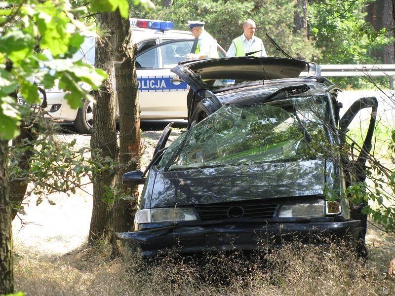 Samochód zjechał z drogi dobre kilka metrów i uderzył w niewielkie drzewo.