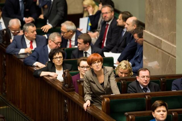 """Elżbieta Rafalska, minister rodziny, pracy i polityki społecznej, podczas głosowani ustawy """"Za życiem"""""""