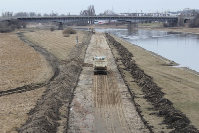 Wzdłuż rzeki powstaje właśnie kolejny odcinek pieszo-rowerowej Wartostrady. Nowy odcinek o długości 1,7 km budowany jest po prawej stronie Warty - pomiędzy Śródką a osiedlem Piastowskim. Oto zdjęcia!Przejdź do kolejnego slajdu --->