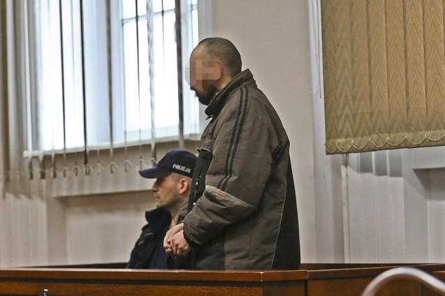 """- Szukałem dziewuchy, ale wszystkie lecą na pieniądze i drogie samochody – wyjaśniał Jan B., oskarżony o gwałt na dziecku. Pedofil zaatakował i zgwałcił dziewczynkę w Żaganiu na klatce schodowej bloku przy ul. Plac Orląt Lwowskich.Przed Sądem Okręgowym w Zielonej Górze ruszyła rozprawa przeciwko Janowi B. 43-latek z Żagania został oskarżony o gwałt na 9-latce. Do sądu został doprowadzony z aresztu, w którym przebywa od zatrzymania po czynie pedofilskim.  Sąd w Żaganiu skazał już mężczyznę na dwa lata więzienia oraz nakaz leczenia pod kątem pedofilii, ale sprawa trafiła do sądu w Zielonej Górze, gdzie tym razem została potraktowana jako zbrodnia.Jan B. przyznał się do gwałtu na dziecku. Powiedział, że żałuje tego co zrobił. – Długo szukałem dziewuchy, ale wszystkie lecą tylko na pieniądze i drogie samochody – wyjaśniał Jan B. Oskarżony utrzymuje się tylko z zasiłku socjalnego w wysokości około 600 zł.Dziewczynkę zaatakował 3 lutego 2016 roku, bo już nie wytrzymał bez kobiety. Zaczaił się na 9-latkę w klatce schodowej bloku przy ul. Plac Orląt Lwowskich. Kiedy dziewczynka weszła do klatki powiedział do niej """"jak zdróweczko"""". Bezbronne dziecko zaciągnął do piwnicy i tam zgwałcił.Mężczyzna został zatrzymany. Trafił do aresztu, w którym jest do dziś. Obrona wniosła o zwolnienie mężczyzny z aresztu. Argumentem była chęć opieki nad Janem B. przez rodzinę. Miał on dostawać regularnie leki i w związku z tym nie stanowić już zagrożenia dla dzieci. W dodatku obrona podkreślała, że Jan B. bardzo źle znosi pobyt w więzieniu.  Matka poszkodowanej dziewczynki występująca w charakterze oskarżyciela posiłkowego wniosła o to, żeby mężczyzna cały czas przebywał za kratami.Sąd zadecydował, że nie ma mowy o tym,  żeby Jan B. wyszedł na wolność. Areszt dla oskarżonego został utrzymany. Zobacz też: """"Chwalił się, że ma dostęp do wielu dzieci."""" Polak zwany """"pedofilskim guru"""" zatrzymany w RumuniiŹródło: TVN24Przeczytaj też:   Złodzieje wysadzili bankomat w Gorzowie i uciekli. Ściga ich polic"""