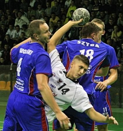 Obronę puławian stara się sforsować Mateusz Krzyżanowski (z piłką). Bronią (od lewej): Marcin Kurowski, Michał Szyba i Bogumił Buchwald.