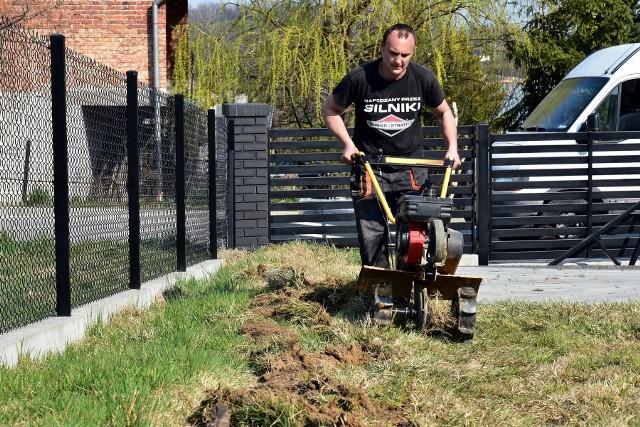 Pierwszy, konieczny etap pracy przy trawniku to przekopanie podłoża - mówi Łukasz Grelak