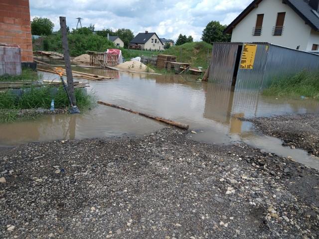 Mieszkańcy ulicy Niemena w Lublińcu są regularnie zalewani przez wodę. Niestety na odwodnienie poczekają.Zobacz kolejne zdjęcia. Przesuwaj zdjęcia w prawo - naciśnij strzałkę lub przycisk NASTĘPNE