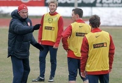 Wczorajszy trening. Trener Franciszek Smuda coś tłumaczy Ludovikowi Obraniakowi (z prawej), z tyłu Jakub Błaszczykowski. Fot. PAP/Bartłomiej Zborowski