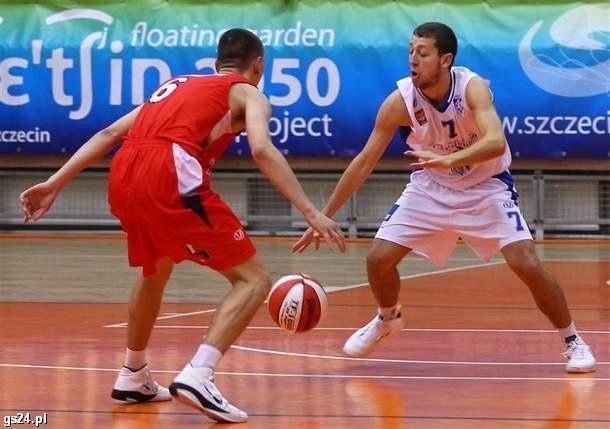 Michał Dudek (z piłką) był najlepszy w szeregach AZS.