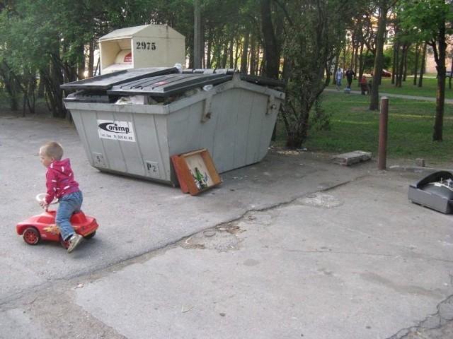 """""""Blaszak"""" przylega do parku. Spacerowicze z dziećmi wychodzą z niego prosto na cuchnący i zaśmiecony plac"""