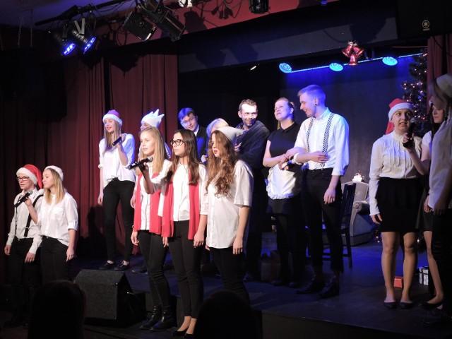 Przedstawienie w zimowym, świątecznym klimacie przygotowali wspólnie najstarsi aktorzy OSA oraz młodzi wokaliści z Klubu. Pierwszy raz było wystawione w grudniu zeszłego roku.