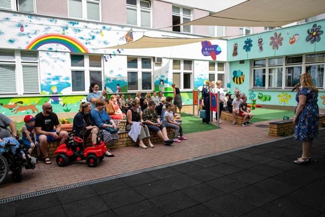 Rok szkolny w Zespole Szkół nr 15 działającym przy UDSK zakończył się przedstawieniem w wykonaniu Teatru Kroplówka. Nauczyciele tej nietypowej szkoły wcielili się dzisiaj (23 czerwca) w bohaterów dziecięcej poezji. Na zdjęciu przemawia Elżbieta Sokólska, dyrektorka placówki.