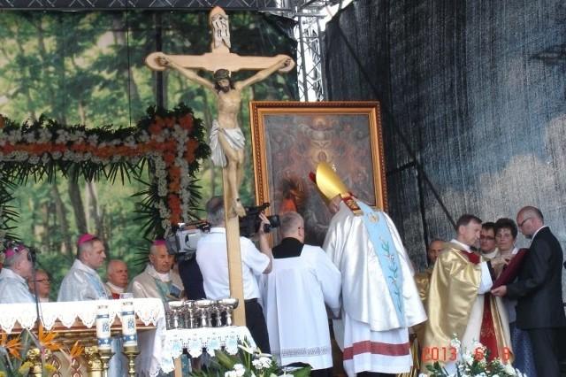 Koronacja Obrazu Matki Bożej w SokołowieKilka tysięcy wiernych uczestniczyło w dzisiejszej koronacji Koronacji Obrazu Matki Bożej Królowej Świata - Opiekunki Ludzkich Dróg w Sokołowie Małopolskim.