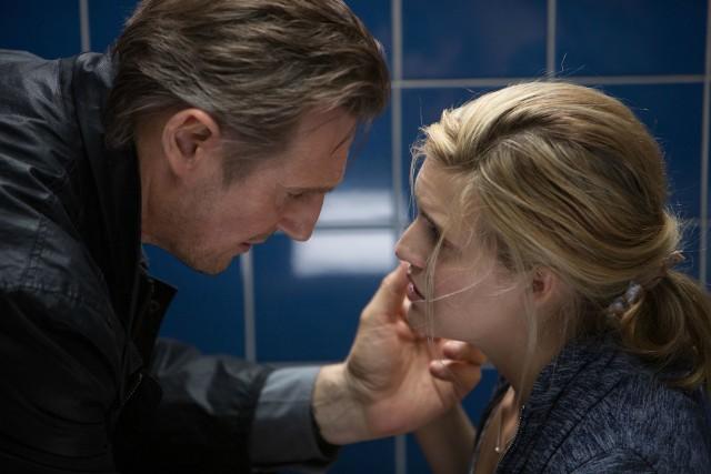 """""""Uprowadzona III""""Życie emerytowanego agenta CIA Bryana Millsa zdaje się toczyć zwyczajnie. Mills aktywnie uczestniczy w życiu córki, Kim, zacieśniają się jego relacje z byłą żoną, która ma problemy z związku. Gdy Lenore zostaje znaleziona martwa w jego mieszkaniu, Mills staje się głównym podejrzanym. Udaje mu się uciec policji. Chce oczyścić się z zarzutów i chronić córkę, której życie jest w niebezpieczeństwie. Znający umiejętności Millsa detektyw Franck Dotzler stawia na nogi wszystkie służby. Wróg okazuje się wyjątkowo sprytny.Emisja: Polsat, godz. 20:05"""
