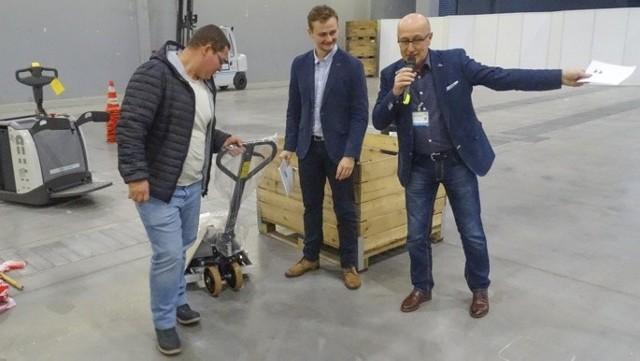 Patryk Bogdalski odebrał od razu nagrodę - markowy wózek widłowy ufundowany przez firmę POLSAD