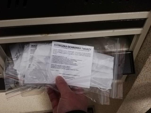 Część mieszkańców Torunia znalazła już w swoich skrzynkach na listy maseczki zakupione przez miasto