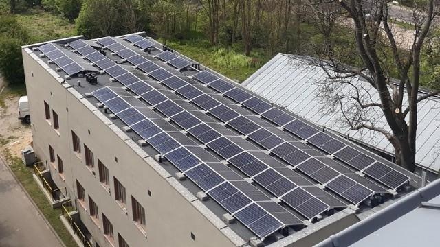 Panele zamontowano na dachu budynku techicznego