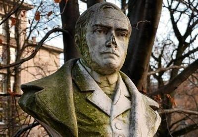 Zniszczone i brudne popiersie Zygmunta Krasińskiego w parku Jordana FOT. JÓZEF WIECZOREK