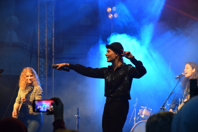 Jarocin Festiwal 2019 wystartował. Już w piątek, 12 lipca można było poczuć festiwalową jazdę bez trzymanki za sprawą Festiwalowego Rynku, na którym od godziny 18 odbywały się darmowe koncerty zespołów.