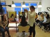 """Uczniowie tarnobrzeskiej """"Prymasówki"""" poznawali techniki fryzjerskie pod okiem mistrzyni świata we fryzjerstwie, Kateryny Korolovej"""