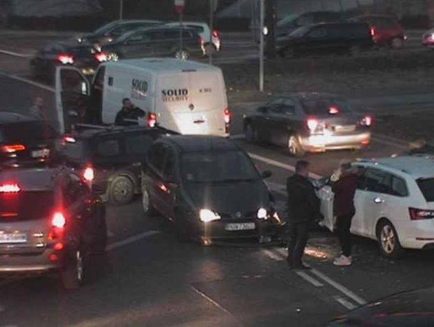 Olbrzymie utrudnienia czekają w tej chwili kierowców, którzy zamierzają pokonać rondo Jagiellonów w centrum Bydgoszczy. Doszło tam do stłuczki czterech samochodów.Czytaj dalej na kolejnych slajdach --->Flesz - wypadki drogowe. Jak udzielić pierwszej pomocy?