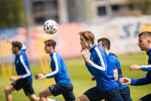 Lech Poznań wrócił do treningów i przygotowuje się do wznowienia PKO Ekstraklasy i Totolotek Pucharu Polski, które nastąpi 27 maja od wyjazdowego meczu ze Stalą Mielec. Kolejorz obecnie, podobnie jak inne zespoły, musi trenować z zachowaniem odpowiednich obostrzeń. Od 4 do 9 maja 2020 roku na boisku w tym samym czasie  może przebywać nie więcej niż 14 osób z wyłączeniem obsługi (13 zawodników + trener). Z kolei od 10 do 24 maja liczba zawodników w tym samym momencie na obiekcie będzie zwiększona do 25 osób. Z pierwszych zdjęć można zauważyć, że dużą zmianę podczas zawieszania rozgrywek przeszedł Karlo Muhar. Zobaczcie sami --->