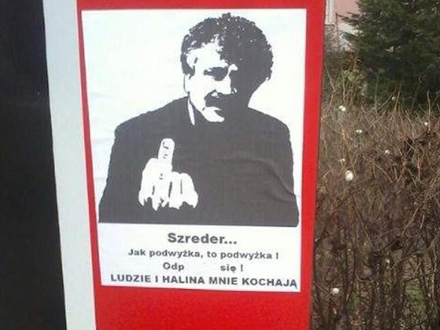 Burmistrz Lęborka z plakatów pokazuje środkowy palec.