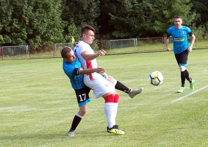 Dawid Czyrny (biało-czerwony strój) w sobotnim meczu zdobył trzy bramki