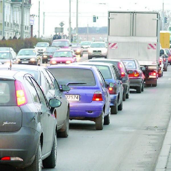 Zbliżając się ul. Chełmińską do skrzyżowania przy moście pamiętajmy, że są dwa pasy ruchu do jazdy na wprost!