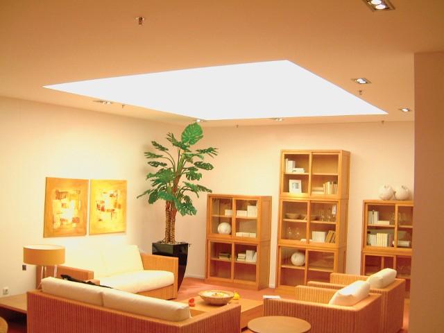 Sufit napinany w pokojuCiekawe efekty w aranżacji wnętrz uzyskujemy poprzez podświetlenie od środka sufitu napinanego.