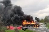Dramat na drodze w Leżajsku! Po zderzeniu z osobówką zapaliła się cysterna. Jedna osoba nie żyje