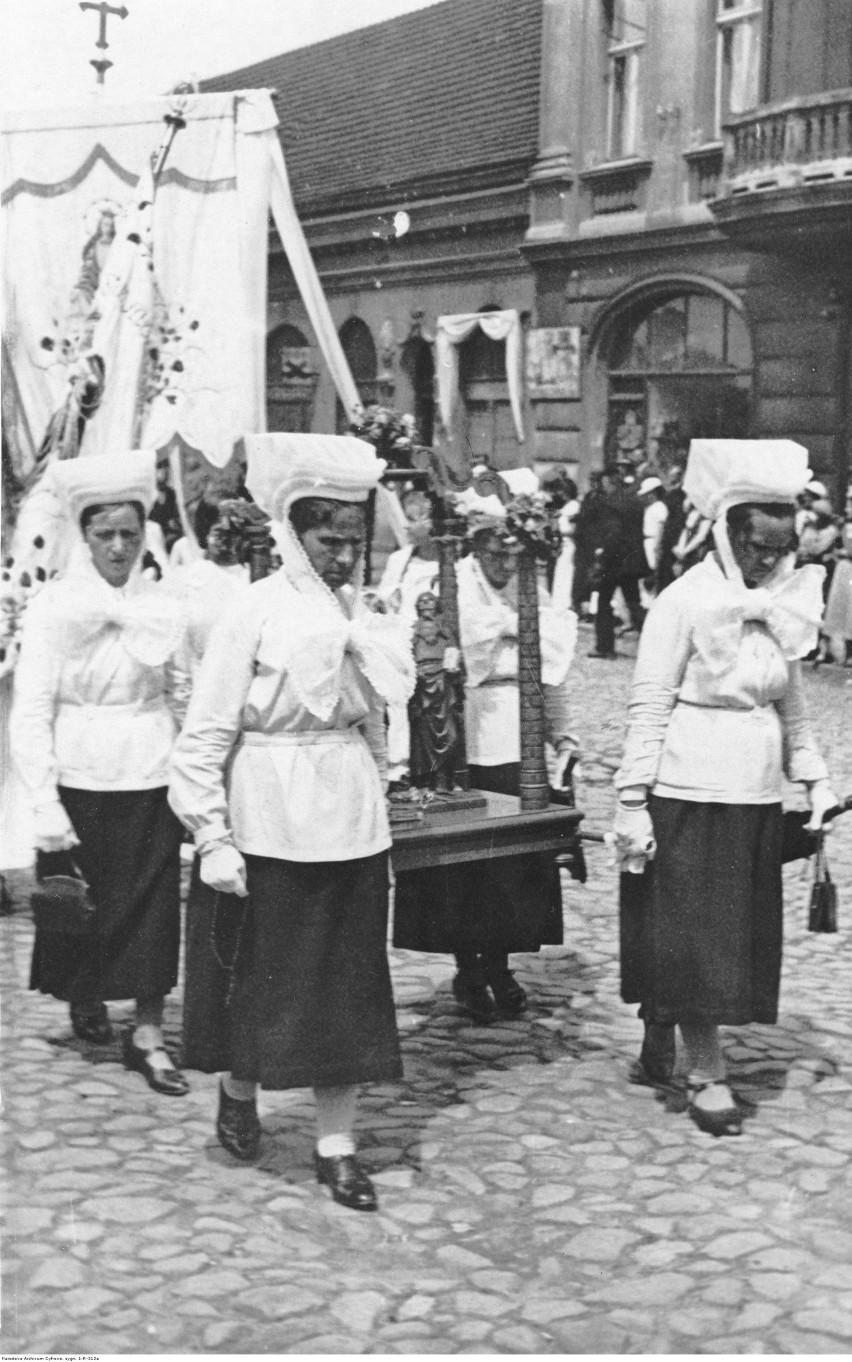 Kalisz, 1918-1937. Kobiety w charakterystycznych czepcach z...