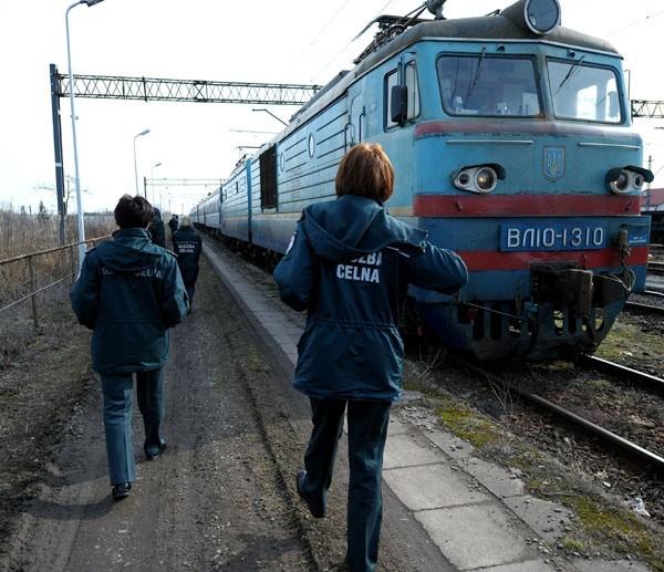 Celnicy z Przemyśla rewidują ukrainski pociągNafaszerowane przemycanymi papierosami są pociągi jadące z Ukrainy do Polski. Przemyscy celnicy demaskują wypelnione nimi skrytki w wagonach.