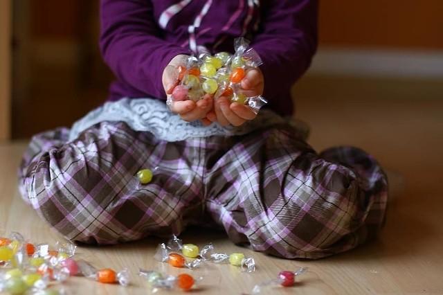 Dzieci przynoszą słodycze do przedszkola, aby poczęstować swoich kolegów, kiedy mają np. urodziny albo imieniny.