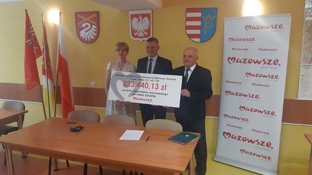 Wicemarszałek Rafał Rajkowski (w środku) przekazał symboliczny czek wójtowi Rusinowa Marianowi Andrzejowi Wesołowskiemu.