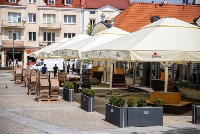 Na Rynku Kościuszki praca wre! Restauratorzy rozkładają letnie ogródki. W weekend mieszkańcy będą mogli z nich korzystać