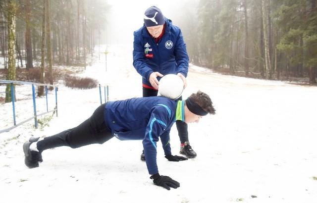 Niektórzy zielonogórzanie uwielbiają śnieg. Trening na białym puchu może być frajdą. Tu ćwiczenia młodego piłkarza. Życzymy sukcesów sportowych.