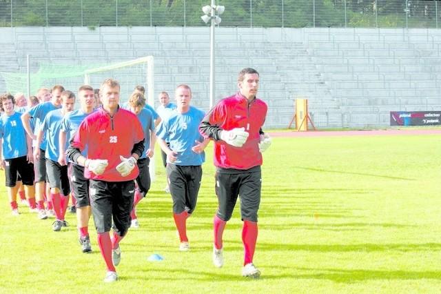 Z każdą rundą Łukasz Krymowski (pierwszy z prawej) wpuszczał w Gryfie mniej bramek i był pewnym punktem zespołu.