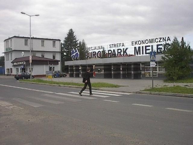 Kolejne inwestycje i miejsca pracy w mieleckim EuroParkuGłówna brama wjazdowa do mieleckiej strefy.