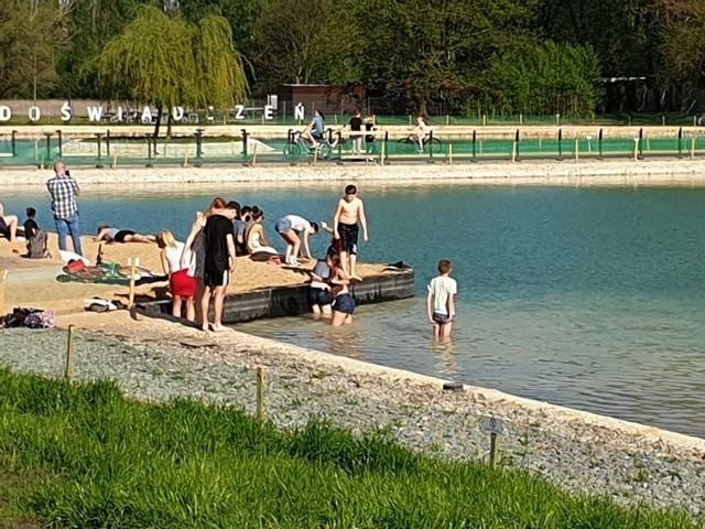 Słoneczna pogoda spowodowała, że niektórzy mieszkańcy odwiedzający Park Lotników Polskich zaczęli się kąpać w nowym stawie, który powstał na tym terenie w rejonie Tauron Areny. Urzędnicy podkreślają, że kąpiele w tym akwenie są niedozwolone.