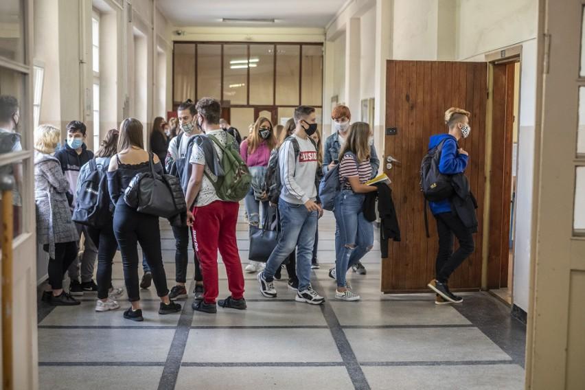 Uczniowie wrócili do stacjonarnych lekcji, ale będą musieli...