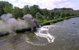 W Dziwnowie doszczętnie spłonęła motorówka [wideo z drona]