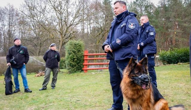 Starszy aspirant Marcin Jaroszyński ze swoim psem patrolowo-tropiącym o imieniu Lachora