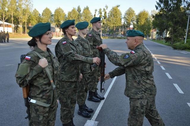Broń z rąk zastępcy dowódcy pułkownika Wojciecha Grzybowskiego odebrała czteroosobowa delegacja kompanii szkolnej.